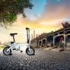 Heiß, zwei Räder verkaufend, die elektrisches Fahrrad mit Schlüsseln falten