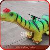 Il dinosauro guida il dinosauro d'oscillazione del bambino