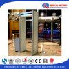 Equipo de seguridad del aeropuerto a través de la puerta del detector de metales
