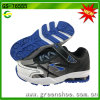 L'enfant d'usine d'espadrille chausse des chaussures de sport pour des gosses