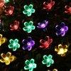 مصباح خارجيّ مسيكة شمسيّة غنيّ بالألوان مع زهرات لطيفة