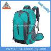 Sport rampicanti esterni impermeabili della montagna che fanno un'escursione il sacchetto dello zaino