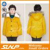 Дети конструкции зимы новые одевая куртку малышей