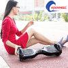 Les mains libèrent l'individu de deux roues équilibrant le scooter intelligent électrique d'équilibre