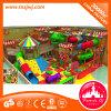魅力的な子供の商業内部の運動場、いたずらな城