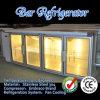 Quattro portelli di vetro sotto il contro frigorifero