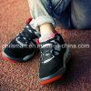 La nueva llegada calza los zapatos de baloncesto
