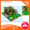 Le petit modèle badine le matériel d'intérieur de labyrinthe de cour de jeu