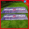 Grande bandiera fatta pubblicità a esterna del tabellone per le affissioni