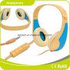 青いワイヤーで縛られた極度の低音のステレオのヘッドホーン