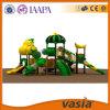 Vasia im Freienspielplatz-Gerät der neuen Kinder