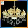El cristal de la vela enciende la lámpara grande de lujo del proyecto