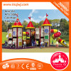 Cour de jeu extérieure d'enfants de constructeur avec les glissières en plastique de gosses