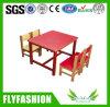 Tableau et chaise carrés mignons d'enfants de jardin d'enfants