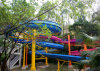 水公園のスライドの開いた螺線形のスライド