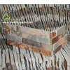 中国の錆ついたブラウンによってスタックされる棚の石のコーナーの背部地上の石