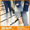 Calças elevadas de Jean da cintura das mulheres novas da forma com furo
