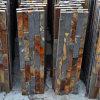 内部の錆ついた石塀の質
