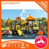 Equipamento ao ar livre do campo de jogos das crianças engraçadas