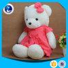 Plüsch spielt Teddybären mit Strickjacke