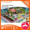 Lustige Kinder schieben weichen Innenlabyrinth-Spielplatz für Schule