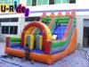Petit toboggan gonflable pour les enfants au parc