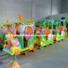 Парк атракционов электрического поезда едет туристский поезд