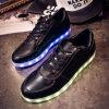 多彩なLEDは偶然の平らな靴の明るいスニーカーをつける
