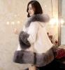 新しい到着の方法女性はミンクの毛皮のコートを暖める