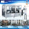 Завалка бутылки питьевой воды и машина запечатывания