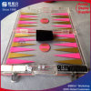 Roze AcryldieBackgammon voor het Spel van de Raad wordt geplaatst