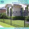 金属材料が付いている庭の塀そしてゲート