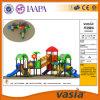 Vasia Kind-schiebt im Freienspielplatz-Tunnel 2016 Gerät (VS2-160305K-29)