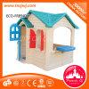 O teatro plástico das crianças caçoa a casa de boneca