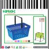 Panier à provisions en plastique de supermarché tenu dans la main