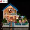 普及したデザイン幸せなグループの木のおもちゃの青い人形の家