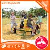 Le jeu d'enfants de cour de jeu de jardin d'enfants joyeux vont équipement de rond