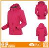 女性は防風の暖かい屋外のジャケットを防水する