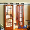 流行デザインの現代様式の内部の木の納屋の引き戸そしてハードウェア