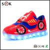 Het lichtgevende Licht van Tennisschoenen op de Jongens die van de Kinderen van de Jonge geitjes van de Simulatie LEIDENE Lichte Schoenen met leiden opvlammen