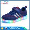 I nuovi pattini luminosi del LED illuminano in su le scarpe da tennis poco costose di svago degli uomini