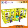 Associação das crianças plásticas com um equipamento do campo de jogos da corrediça