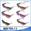Deportes populares de las mujeres ajustados sobre las gafas de sol con la lente polarizada