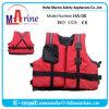 Sport di acqua di colore rosso canoa e giubbotto di salvataggio del kajak
