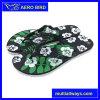 花の多彩な足底が付いている美しい印刷のサンダル