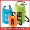 Natação de derivação ao ar livre que acampa caminhando o saco seco impermeável para esportes