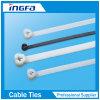 Individu verrouillant les serres-câble en nylon en plastique avec la bille en acier