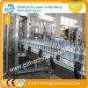 Tres en una planta de embotellamiento automática del agua potable
