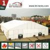 Большой шатер выставки используемый для торговой ярмарки