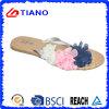 Hefterzufuhr des Mädchens mit schöner Blume zwei auf Oberleder (TNK50028)